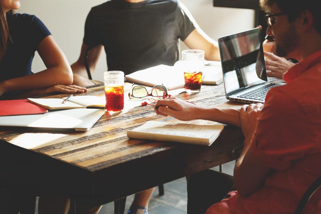 Start-Up-Schreibtisch_mit_Laptop