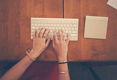 Frauenhände_auf_Apple_Tastatur