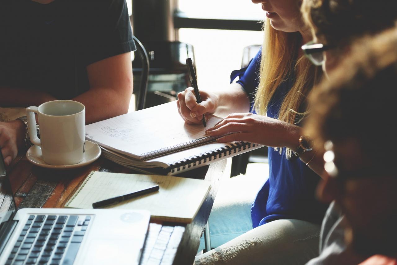 Workshopteilnehmer am Tisch beim Arbeiten