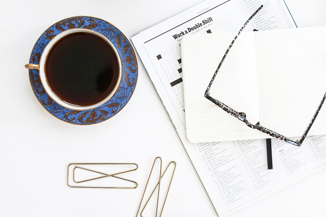 Schreibtisch mit Redaktionskalender und Kaffeetasse