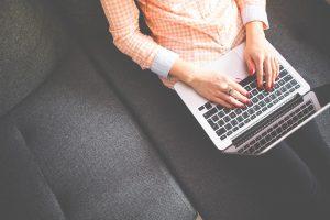 Frau mit Laptop SEO-Check welche TLD ist perfekt / Ocular Online Blog